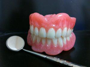 Image d'un dentier avec outils de denturologiste